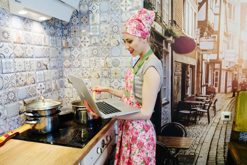 Домохозяйка работает в интернет-магазине