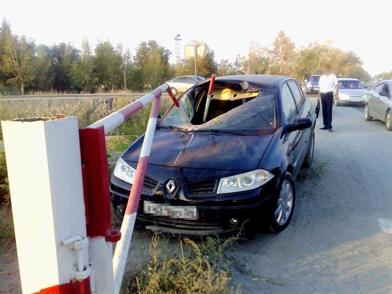 Автомобиль столкнулся со шлагбаумом