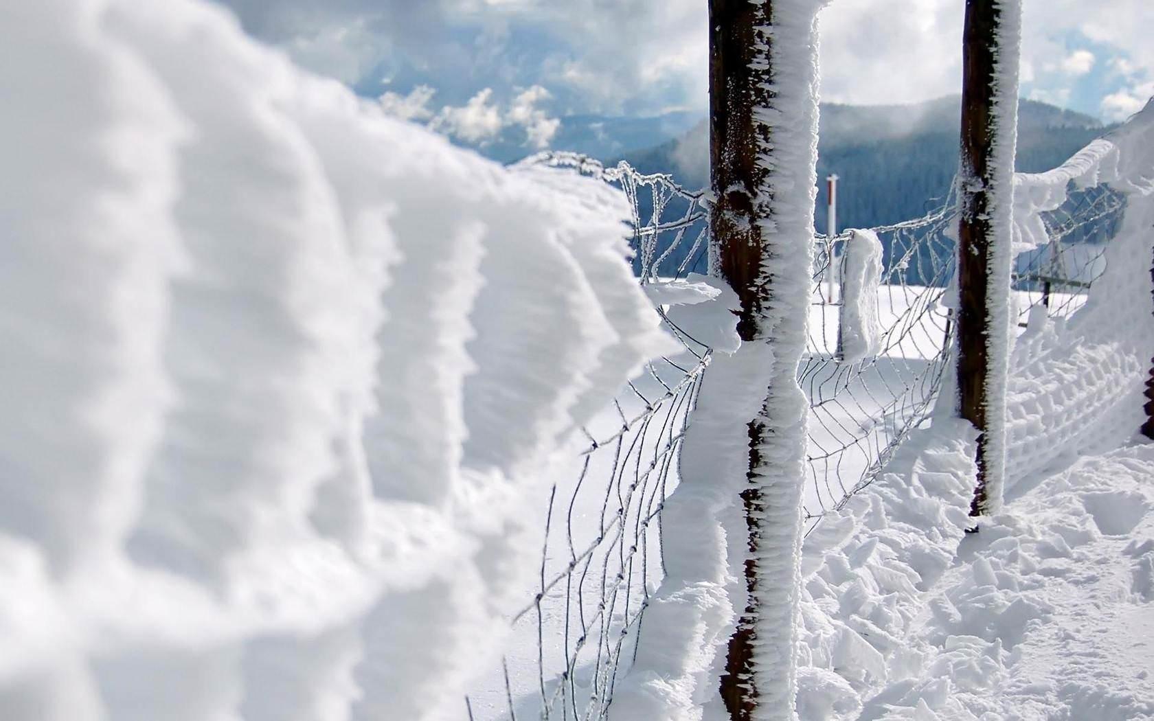 Сніг та лід на воротах