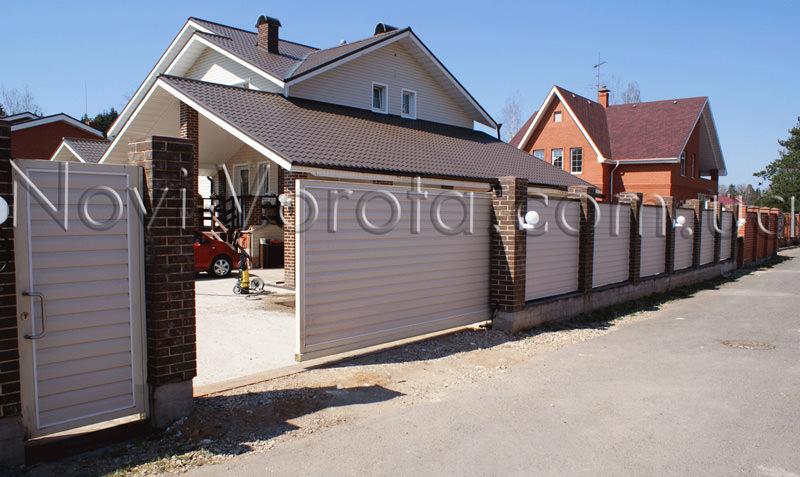 Откатные ворота частного дома.