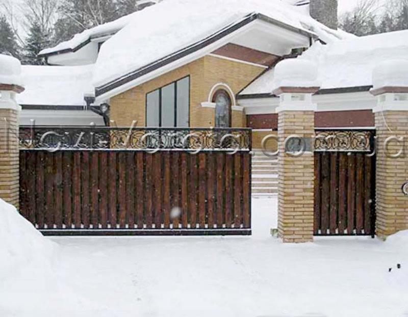 Заснеженные ворота и дом.