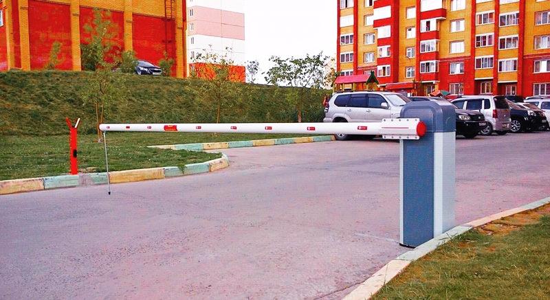 Автоматический шлагбаум при въезде на парковку около дома