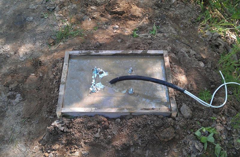 Фундамент под тумбу шлагбаума с пластиной и электрическим кабелем