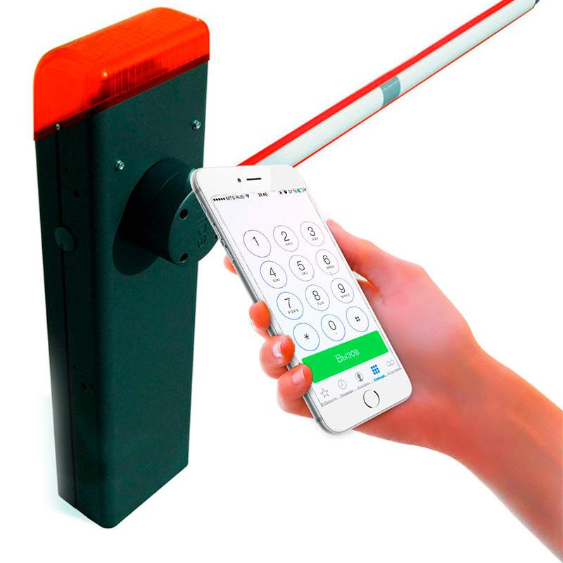 Мобильный телефон передает команды шлагбауму