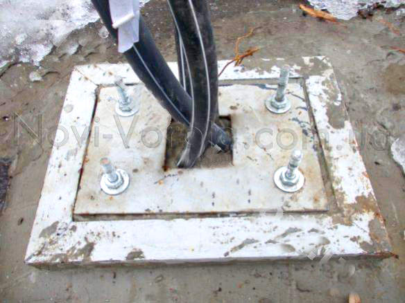 Фундамент тумбы шлагбаума с пластиной и электрическим кабелем