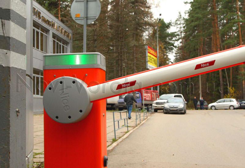 Сигнальна лампа інтегрована в тумбу шлагбаума