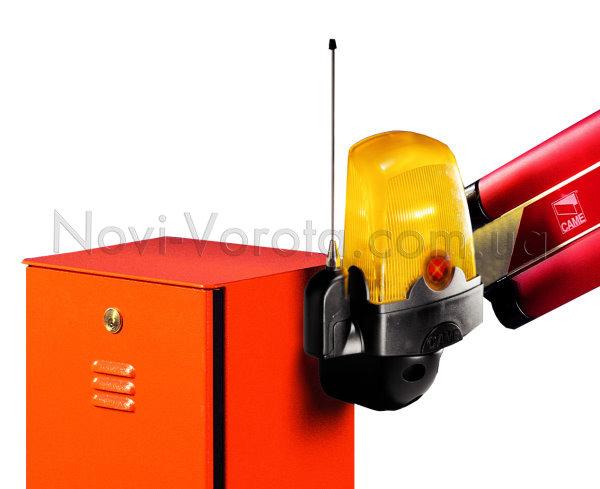 Сигнальная лампа и тумба шлагбаума со стрелой