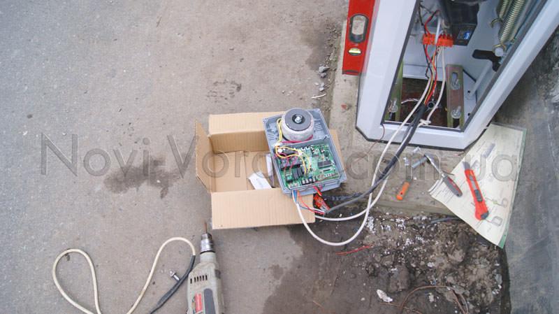 Блок управления Professional 806 рядом с тумбой