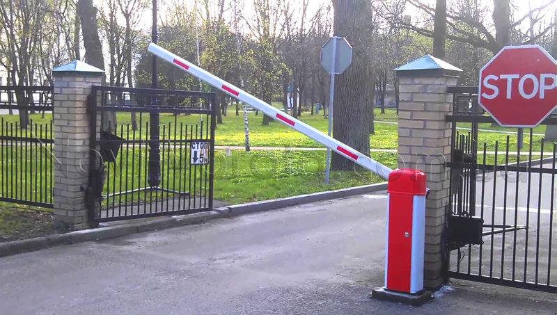Автоматический шлагбаум при въезде в парк