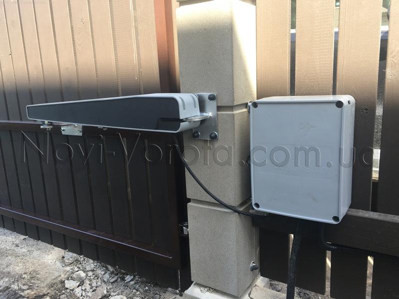 электропривод Comunello Abacus и блок управления на воротах