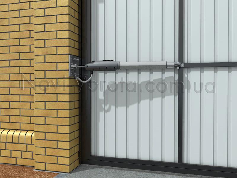 Привод, установленный для открывания ворот наружу