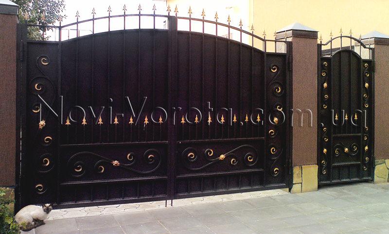 Глухие распашные ворота частного дома.