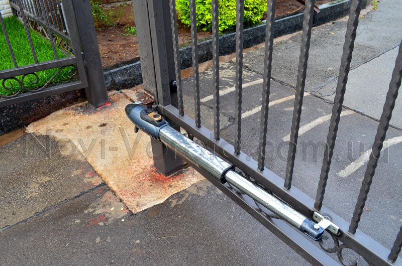 Линейный привод на воротах с узкими опорами