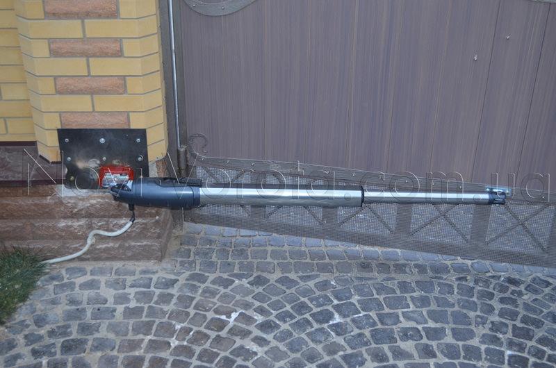Привод МТ-5000 с выдвинутым штоком на воротах