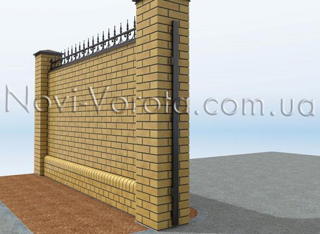 Металлическая планка, закрепленная на столбе ворот
