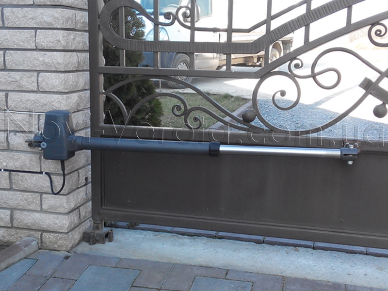 Линейный привод на воротах