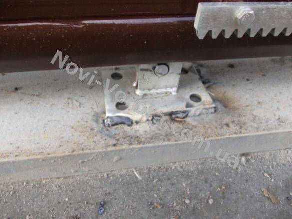 Как крепятся роликовые каретки на швеллере откатных ворот